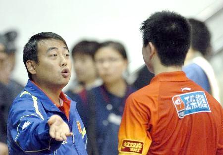 Знаменитый жест 29-летнего Лю Голяна (слева),  главного тренера национальной мужской сборной Китая. Дескать, всем шансы даны. А ты, Ма Лон, не оправдал наша высокое доверие. Ну и что, что тебе 17 лет. Ты же настоящий китайский гражданин. А они – жест рукой – нет. Ты же один из одного миллиарда и трехсот миллионов. А они – жест рукой – даже не видны на планете. Они – маленькие и слабые. Чего делать с тобой, Ма Лон? (читатель может самостоятельно пофантазировать и по-своему трактовать жест знаменитого 29-летнего тренера китайской сборной, двукратного олимпийского чемпиона по настольному теннису).